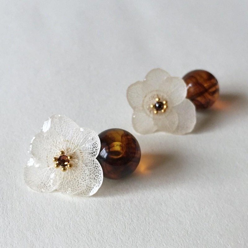 Hydrangea pierce and waxy bead catch / white
