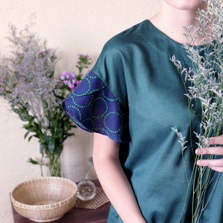 Round neck stitching petal sleeve blouse / green tambourine