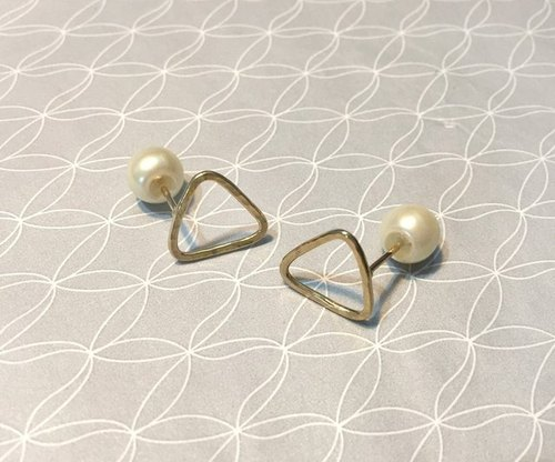 Inverse triangle and pearl earrings