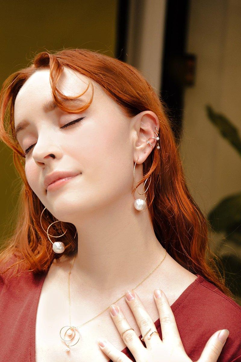 女神雕花白色珍珠14k合金耳環 Varuna Blanche