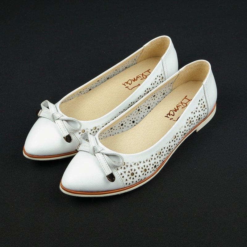 蝴蝶結簍空雕花低跟尖頭鞋-氣質白