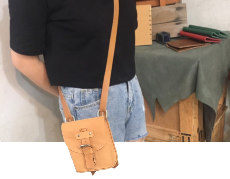 British-style  single buckle shoulder bag