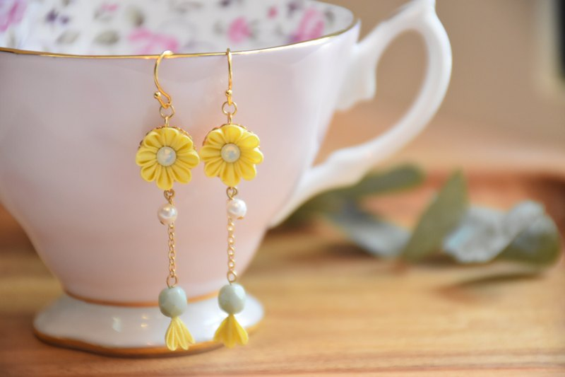 Warm yellow custom silk flower earrings / つまみ ピアス