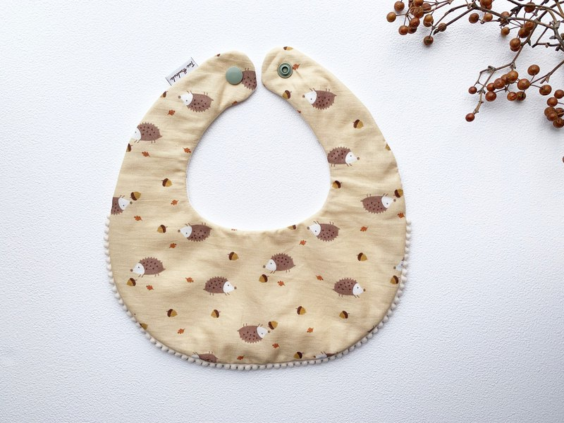 Chestnut hedgehog plus ball side baby six-layer yarn bib