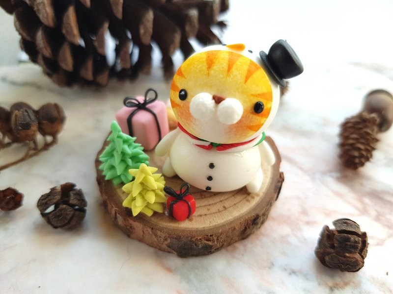 Christmas cat micro-view-snowman fat (orange tabby)