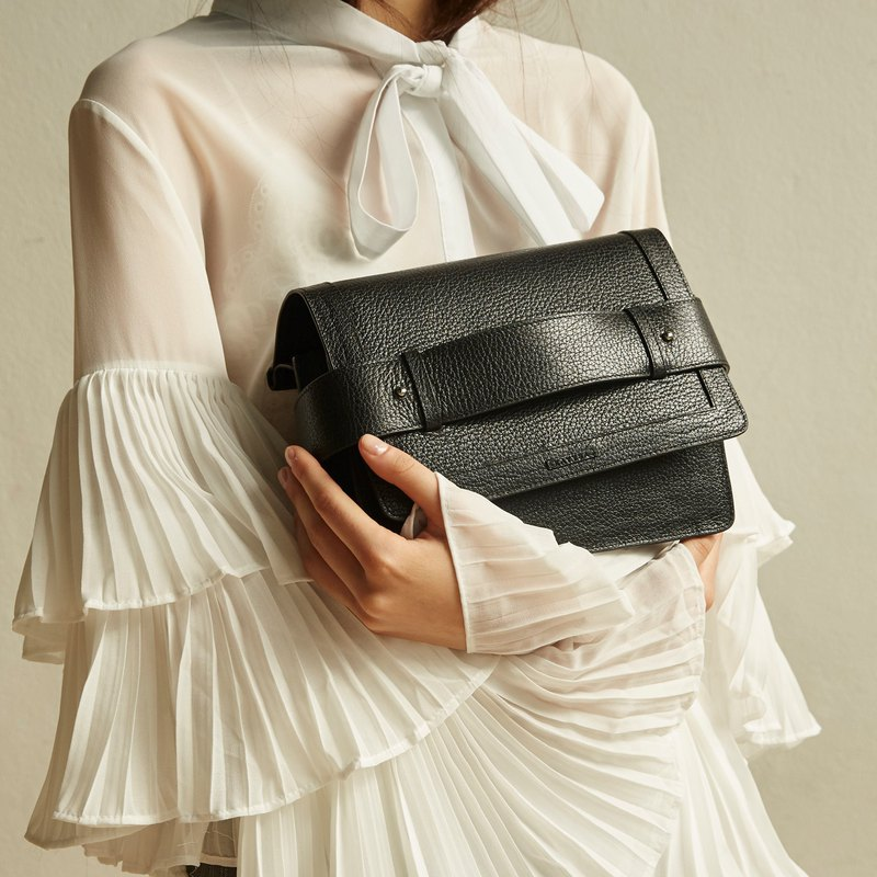 Cruise flap bag in black
