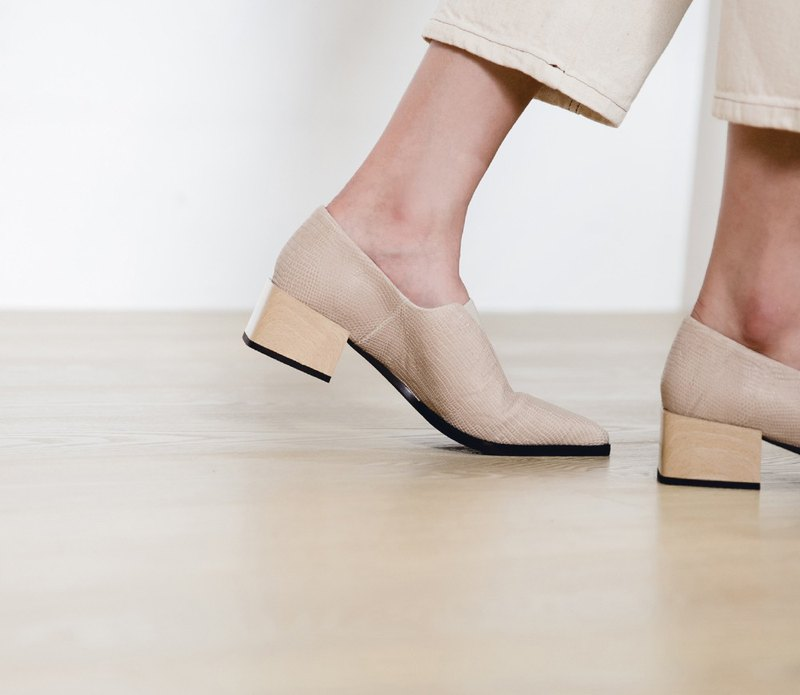 Minimalist V bandage box leather heel shoes apricot