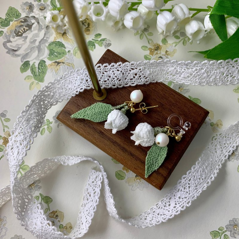 (Shulan すずらん) Fine cloth flower single flower earrings white pure つまみ fine work