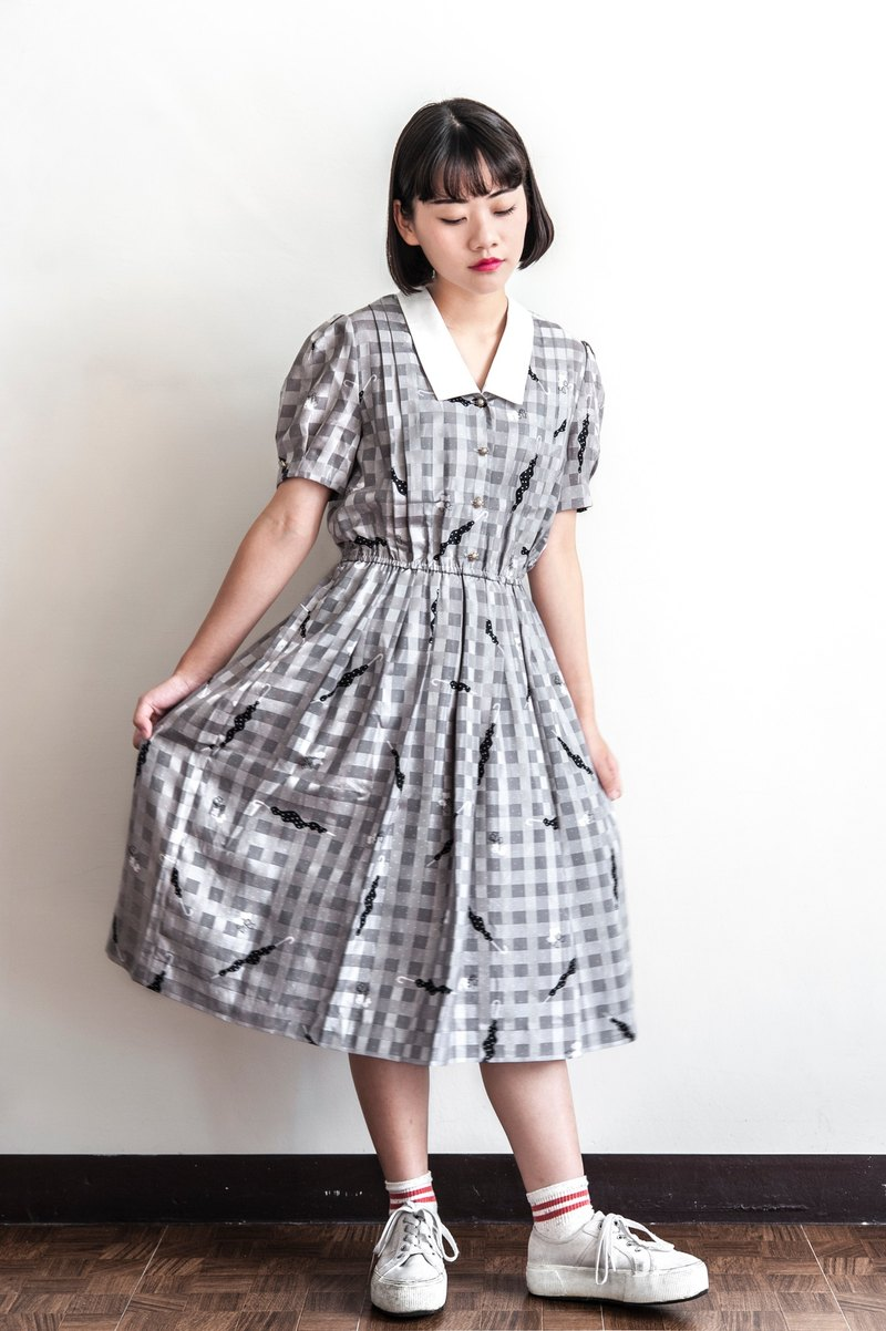 Vintage rain in the world of ancient short sleeve dress