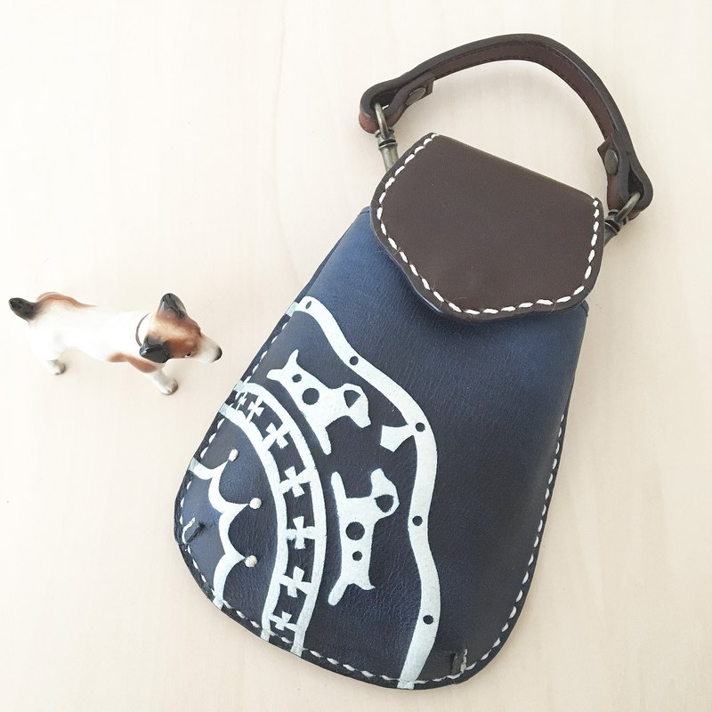 Mobile case with a JRT motif dyed with indigo.