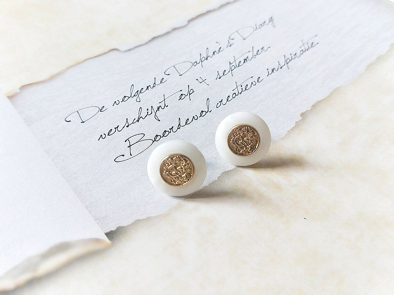 【Un Jess Cadeau】 Mother's collection daughter used the badge pattern button earrings