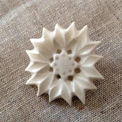 Brooch Yakushi grass flower white