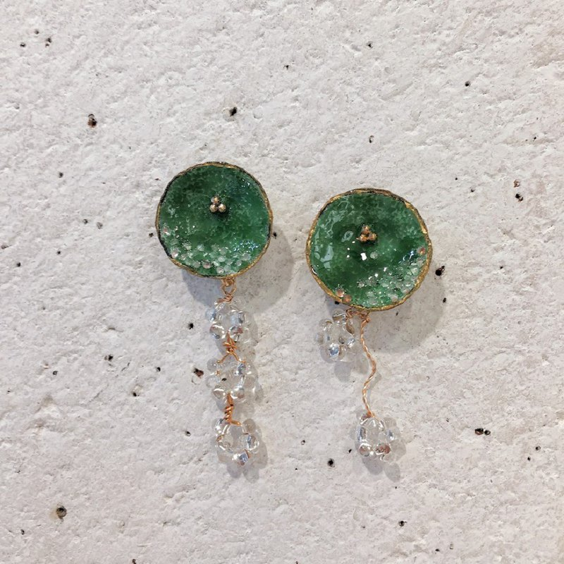 Grass flower flower chain (Kadomiu Green Middle) Earrings / Earrings