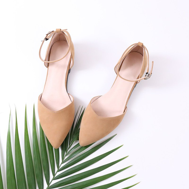 Leather V-mouth low-point pointed sandals are available in three-color brown