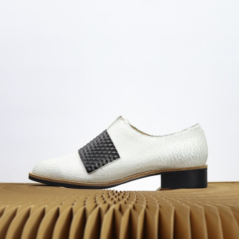 white Burst crack pattern whit whit black 3d pattern oxford shoes