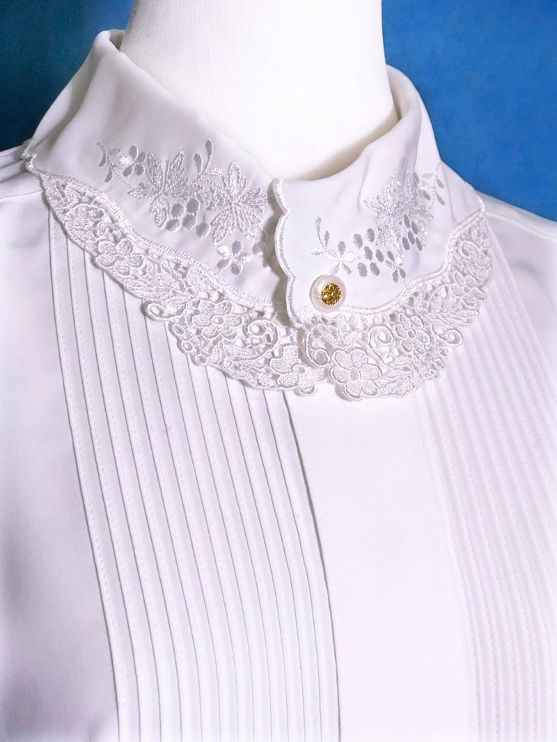 Embroidered collar sleeveless vintage shirt / brought back to VINTAGE abroad