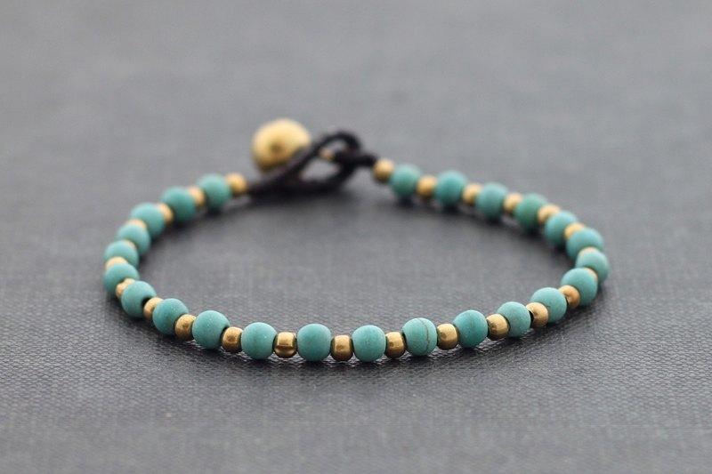 綠松石串珠的黃銅基本的手鐲