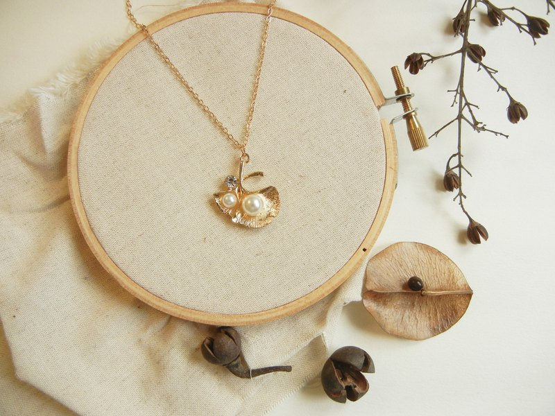 *coucoubird*pearl ginkgo necklace