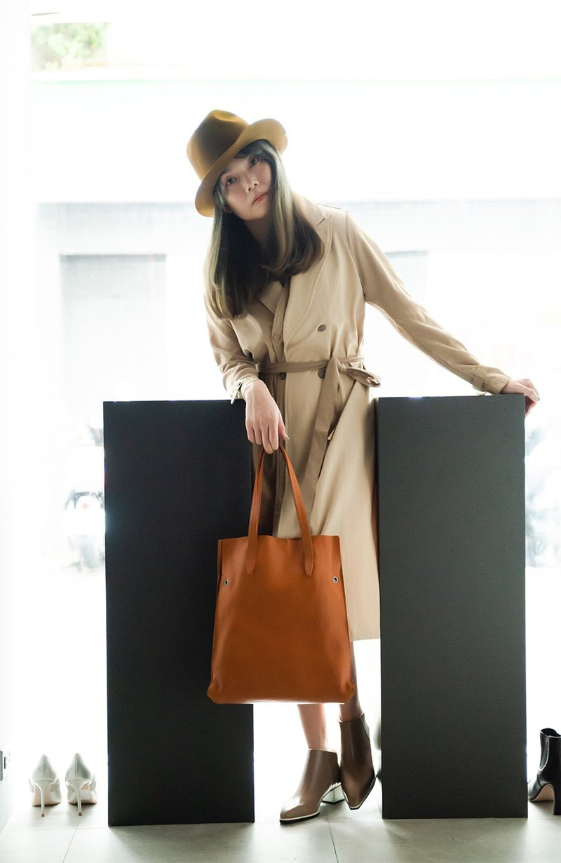 Retro buckle design light dual-use tote bag brown