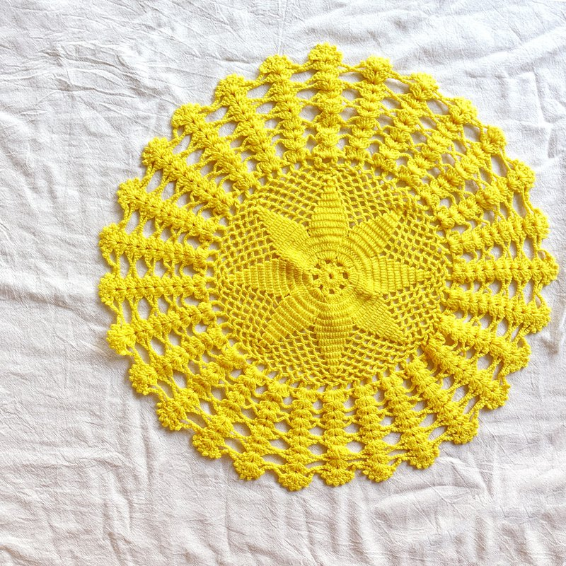 BajuTua / warm old things / yellow round handmade lace pad