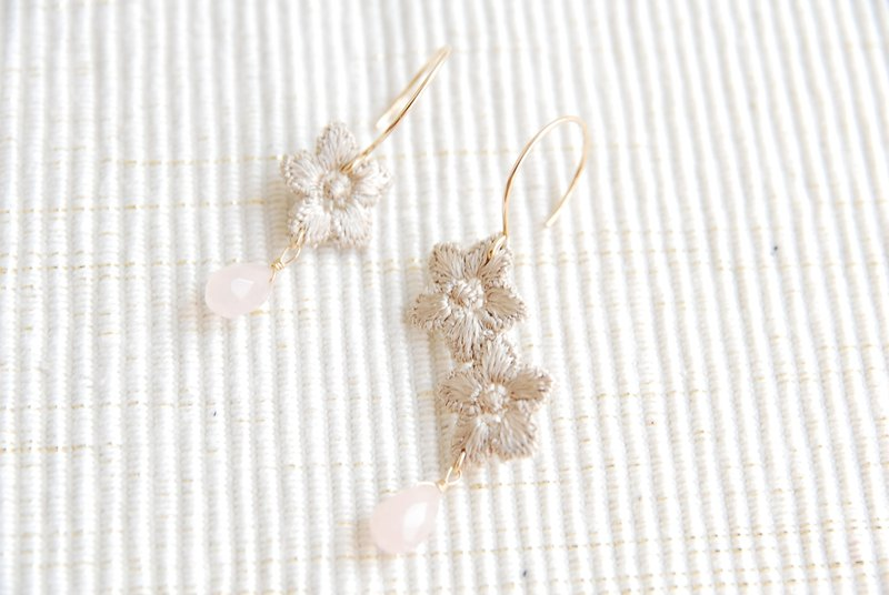 Race and drop-stone earrings beige (14kgf)
