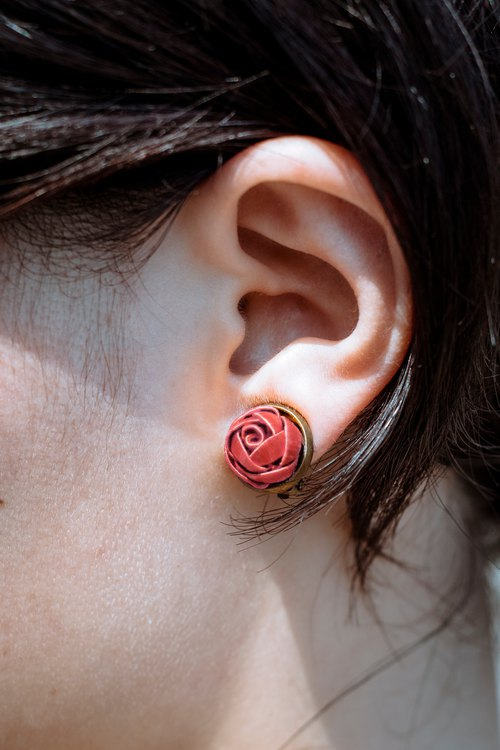 Sixteen-year-old Sixteen wrapped flower earrings rose red