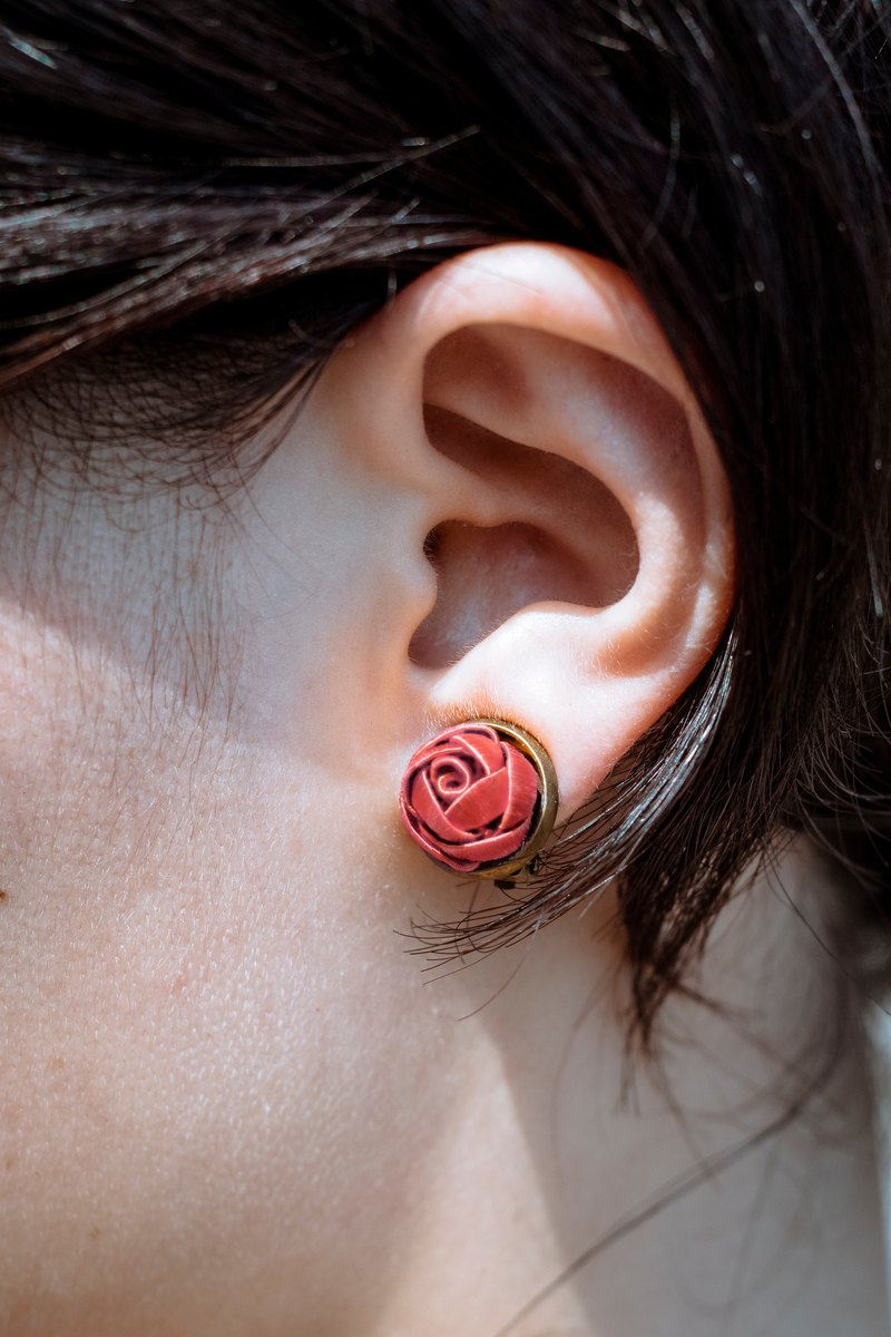 Sixteen Sixteen wrapped earrings rose red
