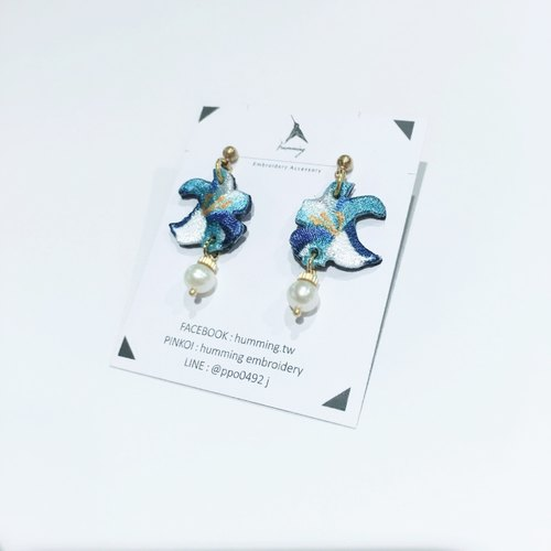 humming earrings - lilies