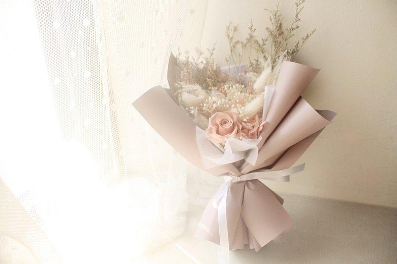 白色古典的浪漫圓舞曲・優雅粉永生玫瑰花束