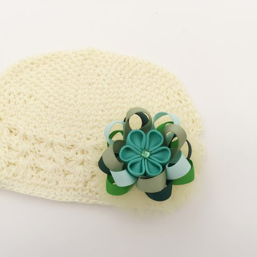 Mint green ribbon and wind yarn flower ball. Knit cap dual-use models