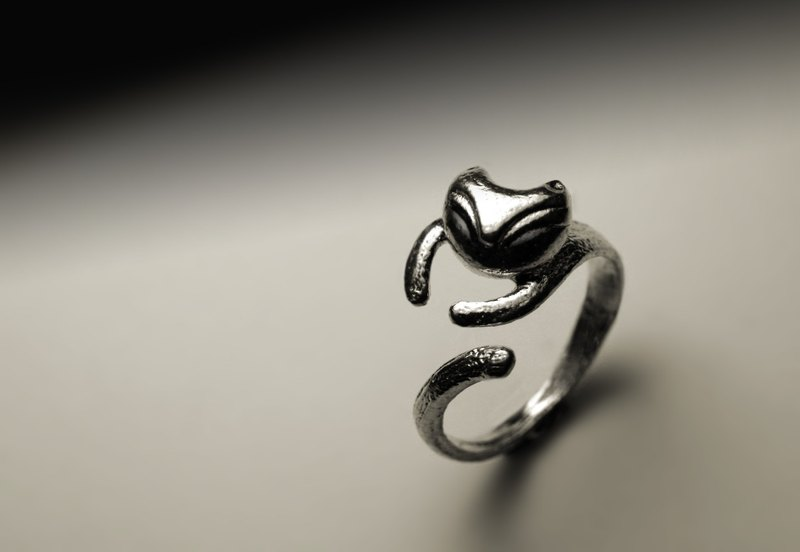 Small abstract cat ring
