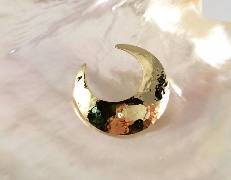 ◇ Crescent brass forged gold ◇ Pin brooch