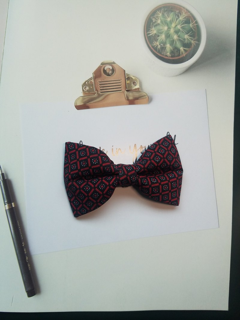 Red vintage pattern small checked bow tie with a hundred sets of literature and
