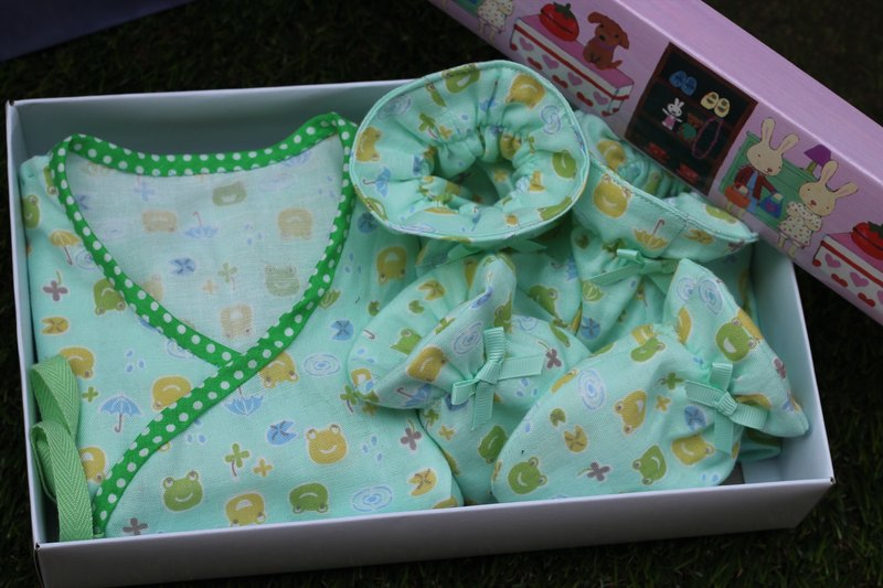 Newborn children gift 100% pure cotton gauze four groups clothing + Socks + Gloves + small handkerchief <can pick colors>