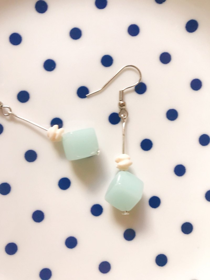 蹦蹦 cream small jelly dangle earrings / 3 colors