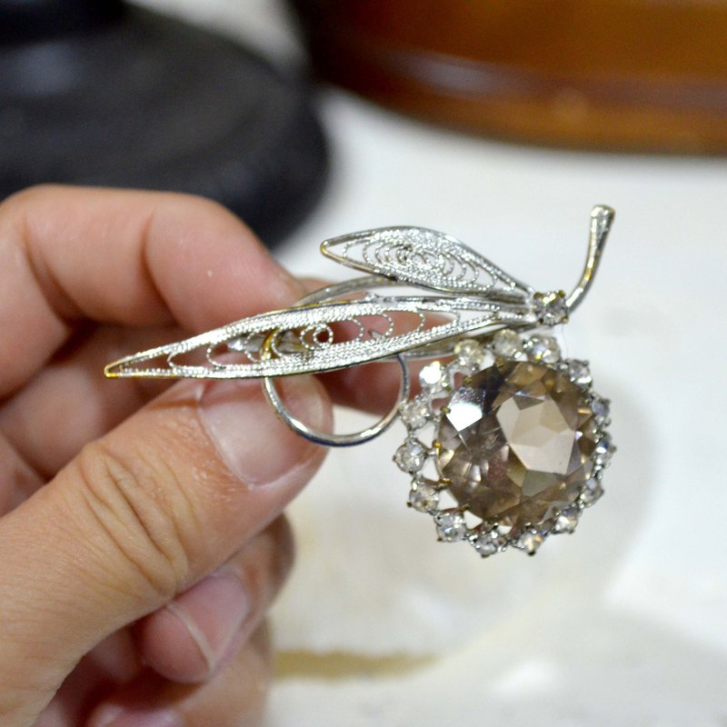 Gorgeous silver-plated pass flower smoky gray crystal brooch