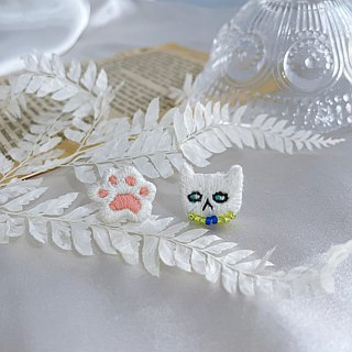 Hand-made embroidery//Elegant white cat's cat paw embroidered earrings// can be clipped