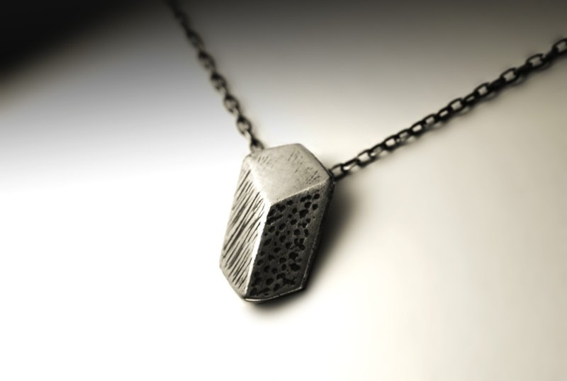 Long-distance illusion necklace