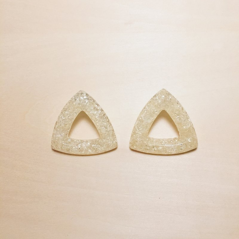 Vintage beige white cracked three-dimensional large triangle earrings