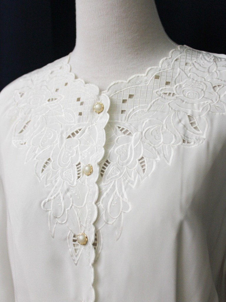 【RE0916T241】 early autumn Japanese retro round rosette embroidered white ancient shirt
