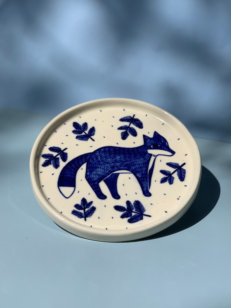 A fox with leaf plate (M) l ceramics l May&Clay Ceramics Studio