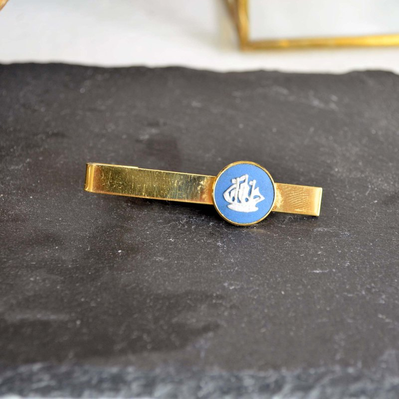 Wedgwood 18K gold-plated three-dimensional plastic embossed tie clip with adjustable joints