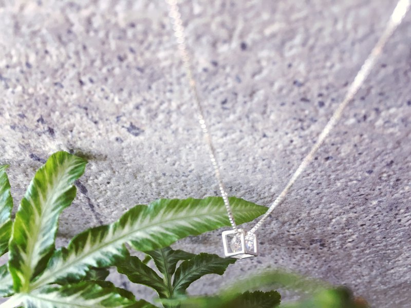 925 Sterling Silver [Single Cube Zircon Necklace]