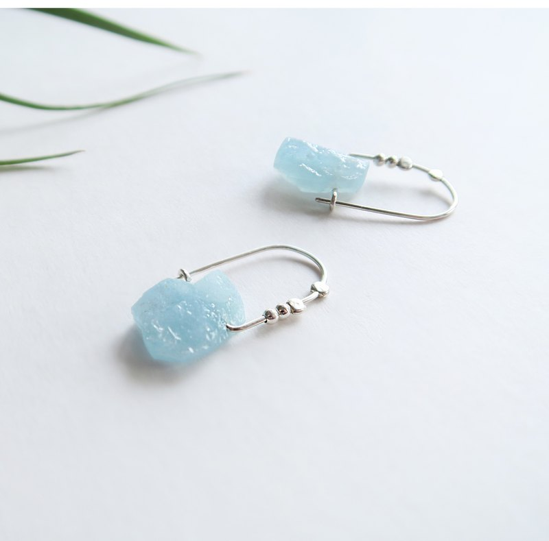 A pair of exclusive 925 sterling silver natural aquamarine ore U-shaped earrings