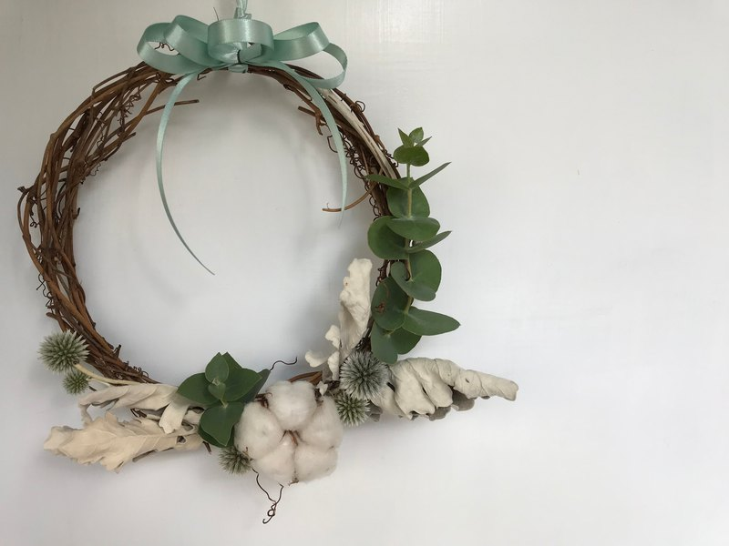 Dry wreaths from imported silver night chrysanthemum, mountain wind and eucalyptus leaves