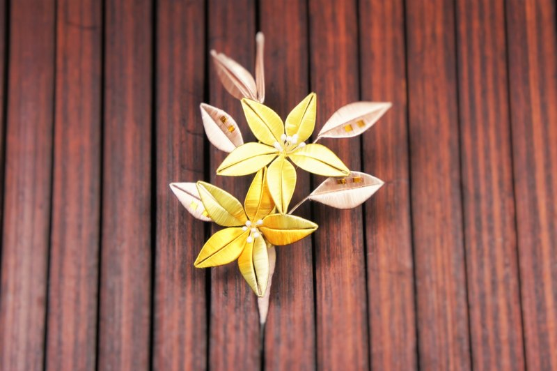 Wrapped flower brooch - hundred synthetic double