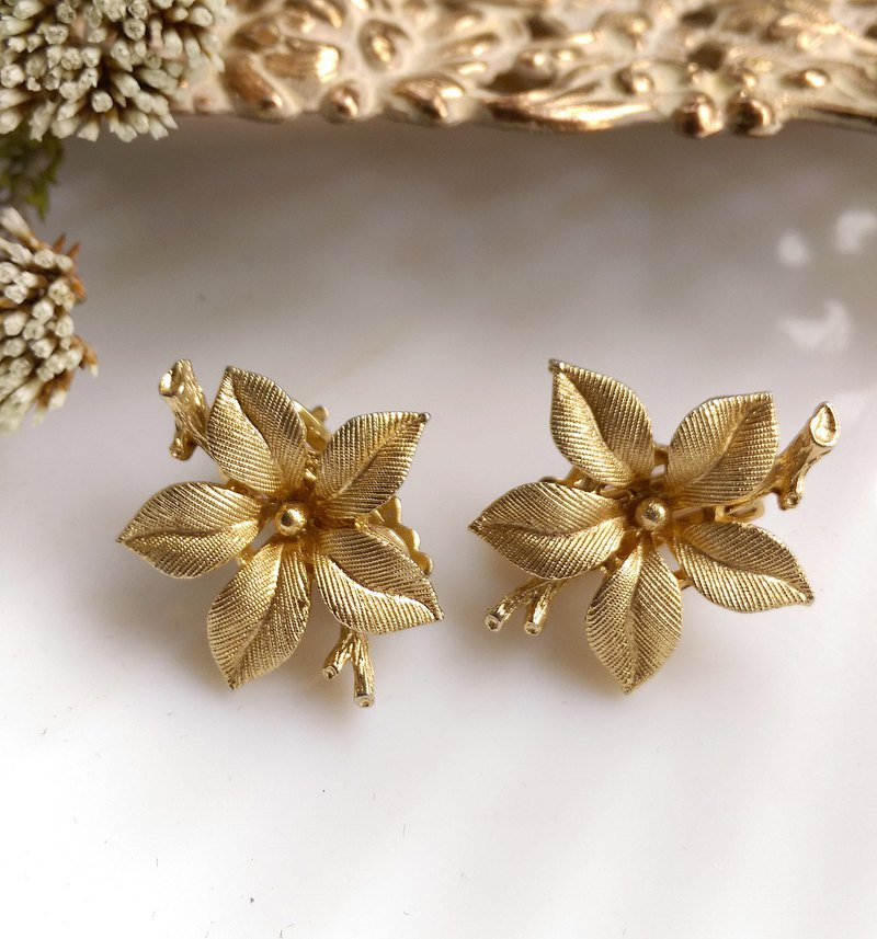 [Western antique jewelry / old age] LISNER fine metal flower clip earrings