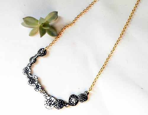 [] Amoeba lacquerware necklace