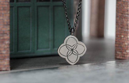 Breathing flower necklace