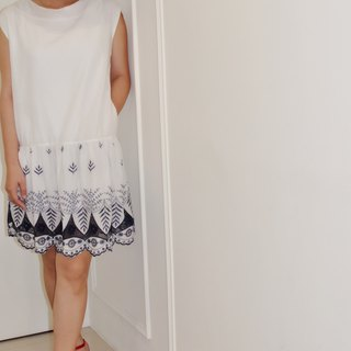 Flat 135 X Taiwan designer white sleeveless cotton basket empty blue embroidery fabric sleeveless pure white cotton hem lotus stitching dress simple and easy casual can also be formal